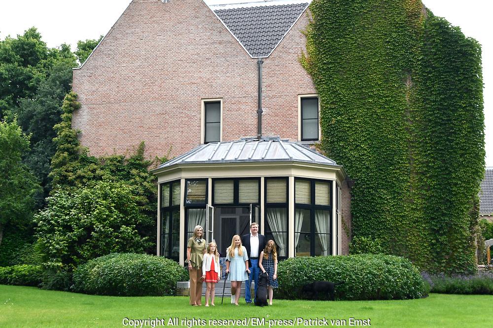 Koninklijke fotosessie 2016 op landgoed De Horsten ( het huis van de koninklijke familie)  in Wassenaar.<br /> <br /> Royal photoshoot 2016 at De Horsten estate (the home of the royal family) in Wassenaar.<br /> <br /> Op de foto / On the photo: <br /> <br />  Koning Willem-Alexander en koningin Maxima met de prinsesjes Amalia, Alexia en Ariane en de labrador Skipper<br /> <br /> King Willem-Alexander and Queen Maxima  with the princesses Amalia, Alexia and Ariane and the labrador Skipper