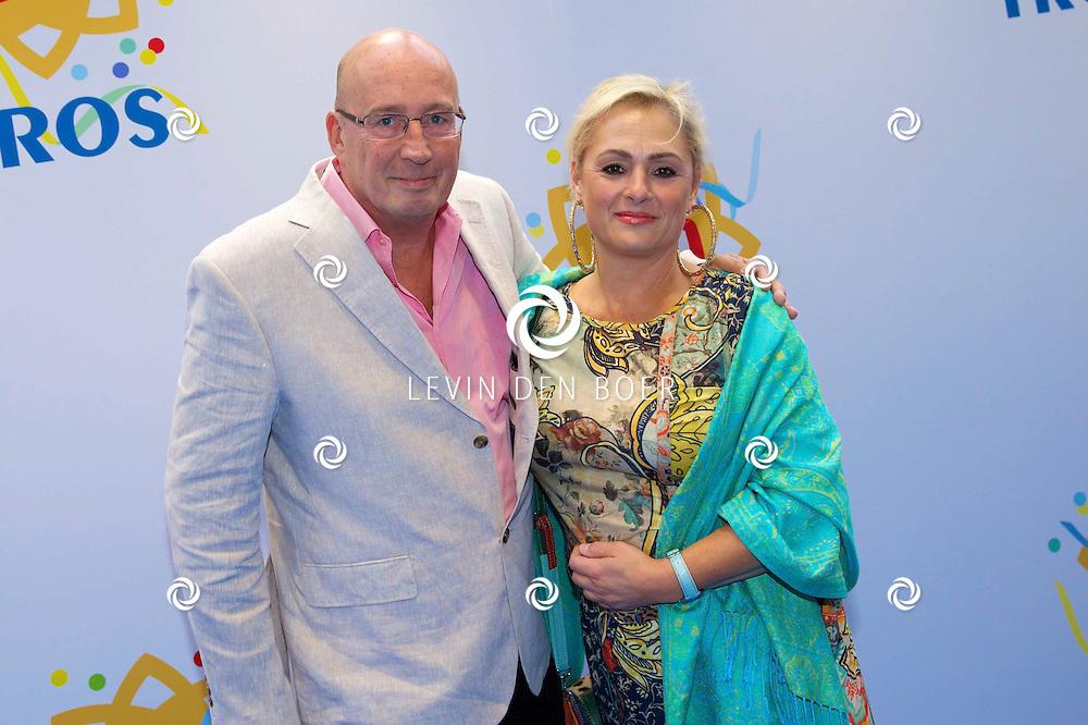 AMSTERDAM - 50 Jaar Tros is gevierd in theater Carré met heel veel bekende Nederlanders uit de Tros wereld. Met hier op de foto  Daniel Dekker met partner Carla Versloot. FOTO LEVIN DEN BOER - PERSFOTO.NU
