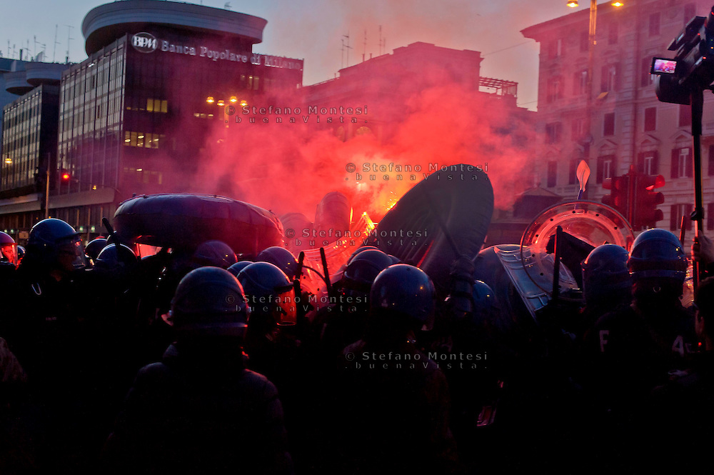 Roma 27 Febbraio 2015<br /> Manifestazione a piazzale Flaminio,vicino a Piazza del Popolo, degli  antifascisti, che protestano contro la manifestazione prevista per sabato 28 febbraio di Matteo Salvini a piazza del Popolo. La polizia in tenuta anti-sommossa carica i manifestanti che tentano di entrare a piazza del Popolo.<br /> Rome February 27, 2015<br /> Demonstration in Piazzale Flaminio, near Piazza del Popolo, of the anti-fascists, who protest against the demonstration planned for Saturday, February 28 of Matteo Salvini to Piazza del Popolo. Police in riot gear charged the protesters trying to enter the People's square