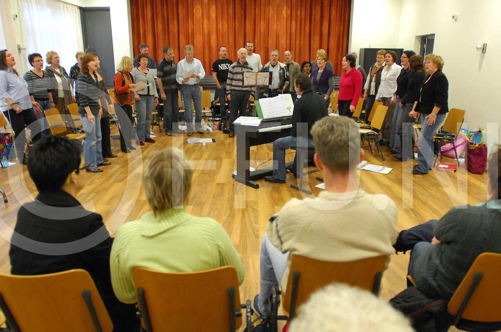 080112 Nieuwleusen ned..Zang groep Out of the Blue zingt van 10.00 uur tot 22.00 uur in de Ontmoetingskerk...fotografie frank uijlenbroek©2008frank uijlenbroek....