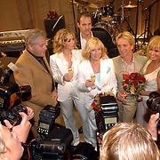 NLD/Rotterdam/20060923 - Premiere Willeke Alberti tour `Goud `, Willeke, Frans Schraven, Barry Stevens, Brigitte Nijman en Barbara Loken Carmen Sars, media belangstelling, fotografen