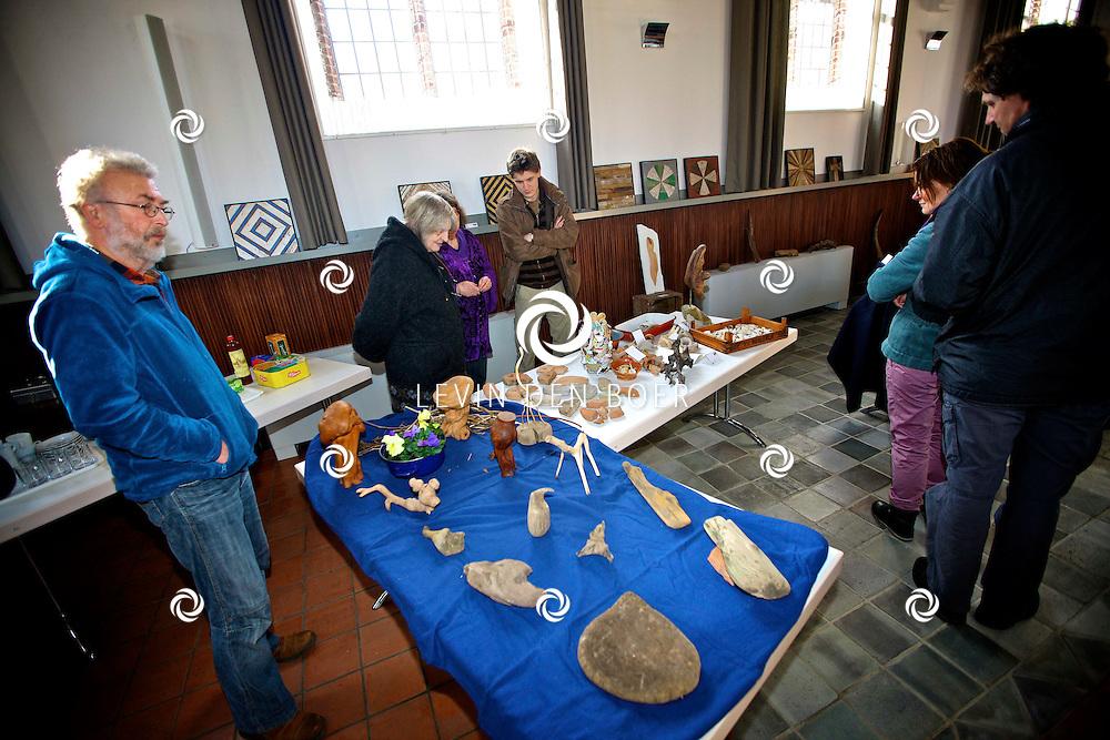 HURWENEN - In de oude kerk in Hurwenen is een tentoonstelling gehouden door Waaljutters. Mensen die allerlei spullen langs de waal vinden en hiervan een kunstwerk maken. FOTO LEVIN DEN BOER - PERSFOTO.NU