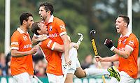 BLOEMENDAAL - Russell Ford (m) heeft voor Bloemendaal gescoord tijdens de wedstrijd tussen de mannen van Bloemendaal en Oranje-Zwart (1-2). rechts Thomas van Doorn , links Roel Bovendeert. Copyright Koen Suyk
