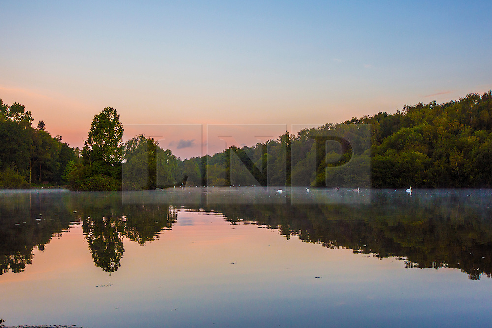 © Licensed to London News Pictures. 23/09/2016. Leeds UK. Picture shows dawn this morning at Golden Acre park in Leeds. Photo credit: Andrew McCaren/LNP