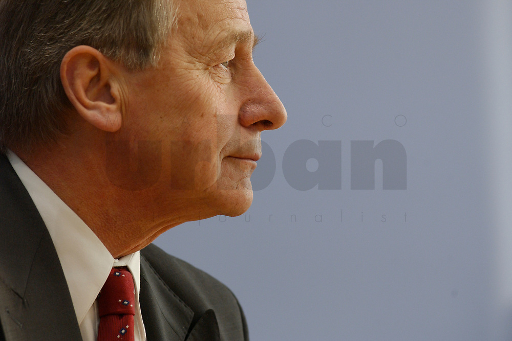 10 DEC 2002, BERLIN/GERMANY:<br /> Wolfgang Clement, SPD, Bundeswirtschaftsminister, waehrend einer Pressekonferenz zur Schaffung einer Mittelstandsbank, Bundespressekonferenz<br /> IMAGE: 20021210-03-033