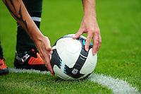 FUSSBALL  1. BUNDESLIGA   SAISON 2009/2010   1. SPIELTAG SV Werder Bremen - Eintracht Frankfurt              08.08.2009 Symbolbild Fussball: Spieler (Torsten Frings) legt sich den Ball zur Ecke