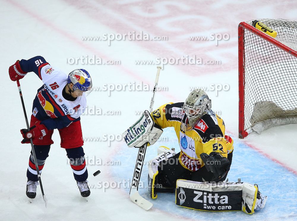 13.10.2015, Albert Schultz Eishalle, Wien, AUT, EBEL, UPC Vienna Capitals vs EC Red Bull Salzburg, 11. Runde, im Bild Ryan Duncan (EC Red Bull Salzburg) und Nathan Lawson (UPC Vienna Capitals) // during the Erste Bank Icehockey League 11th Round match between UPC Vienna Capitals and EC Red Bull Salzburg at the Albert Schultz Ice Arena, Vienna, Austria on 2015/10/13. EXPA Pictures © 2015, PhotoCredit: EXPA/ Thomas Haumer