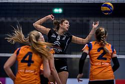 22-10-2016 NED: TT Papendal/Arnhem - Coolen Alterno, Arnhem<br /> Alterno heeft haar eerste overwinning binnen in de eredivisie. Na twee nederlagen schreef de Apeldoornse ploeg zaterdagmiddag in Valkenhuizen een 0-3 zege bij / Juliet Lohuis #5 of Alterno