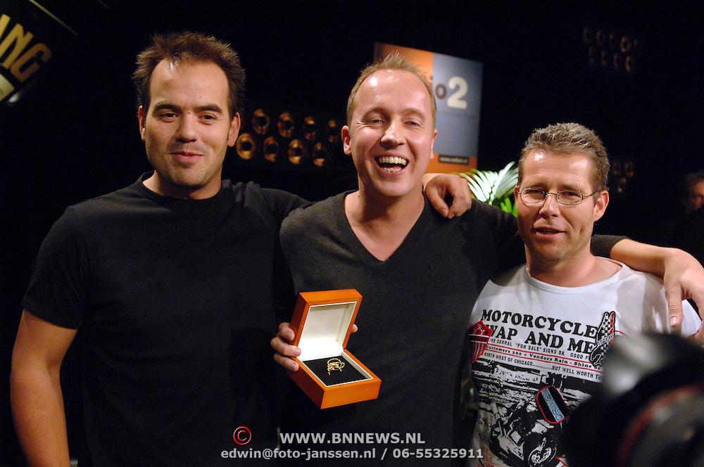 NLD/Hilversum/20061020 - Uitreiking Gouden Radioring 2006, Evers staat op, winnaar Gouden Radioring 2006, Rick Romijn, Edwin Evers en Niels van Baarlen