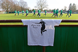 "13.02.2015, Trainingsgelände am Weserstadion, Bremen, GER, 1. FBL, SV Werder Bremen, Taining, im Bild ein T-Shirt mit der Aufschrift ""#Juno bleibt Bremer"" am Geländer des Trainingsplatzes hängend, im Hintergrund die Mannschaft beim Warmlaufen // during the training session on the training ground of the German Bundesliga Club SV Werder Bremen at the Trainingsgelände am Weserstadion in Bremen, Germany on 2015/02/13. EXPA Pictures © 2015, PhotoCredit: EXPA/ Andreas Gumz<br /> <br /> *****ATTENTION - OUT of GER*****"
