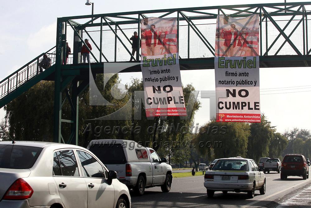 Toluca, México.- En algunos puentes peatonales de Paseo Tollocan integrantes del Movimiento Antorchista colocaron mantas en contra del gobernador mexiquense Eruviel Ávila.  Agencia MVT / Crisanta  Espinosa