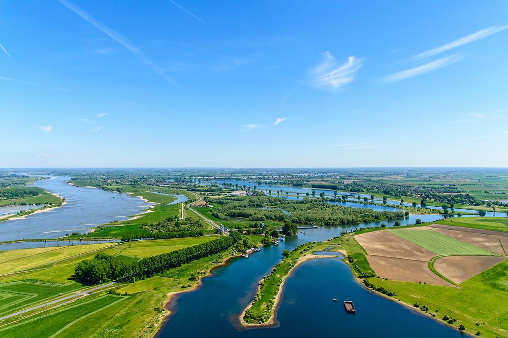 Nederland, Gelderland, Gemeente Maasdriel, 13-05-2019; Heerewaarden, Kanaal van Sint Andries met sluis, verbinding tussen Waal (links) en Maas (rechts) elkaar bijna raken. Op de landengte ligt ook Fort Sint-Andries. In  het kader van het Maasoeverpark, zal er een ontwikkeling plaatsvinden van een landschapspark. Daarin ruimte voor de natuur, de landbouw en  'ruimte voor de rivier'  (bescherming tegen hoogwater door waterstandverlaging).<br /> Heerewaarden, where the river Maas (Meuse, right) and Waal almost touch, divided bij a isthmus. In to the canal the lock of St. Andries and an old fortress. <br /> Part of Maasoeverpark, development of a landscape park in which space for nature is combined with 'space for the river', protection against high water by lowering the water level.<br /> aerial photo (additional fee required);<br /> luchtfoto (toeslag op standard tarieven);<br /> copyright foto/photo Siebe Swart