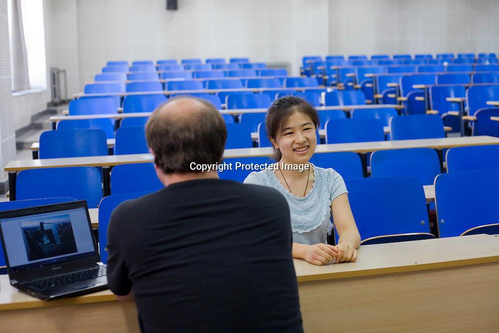 BEIJING, 30. Juni, 2012  : Li Jiatong, eine junge Studentin aus Xinjiang, die an einer Vorpruefung fuer ein Studium in Deutschland teilnimmt,  mit ihrem Pruefer , vor dem muendlichen Teil der Pruefung.