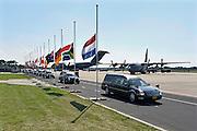 Nederland, Eindhoven,23-7-2014Na aankomst van de twee transportvliegtuigen op de militaire vliegbasis worden de slachtoffers van de vliegramp boven de Oekraine een voor een naar rouwwagens, lijkwagens, gebracht en vervolgens in colonne naar Hilversum gebracht.De eerste stoet met rouwwagens verlaat vliegbasis Eindhoven. Uiterst links nabestaanden en rechts de hoogwaardigheidsbekleders zoals premier Rutte, koning Willem-Alexander en Maxima. De stoet, colonne ging naar Hilversum.The arrival of corpses, remains, of the victims of flight MH17 which was shot down over Ukraine, in presence of the prime minister and king william.The first victims of the crash of flight MH17 with destination Malaysia arrive at the Eindhoven airport. Present are relatives and King Willem-Alexander, Queen Maxima, Prime Minister Rutte, Deputy Prime Minister Asscher and other members of the parlement and representatives of other countriesFOTO: FLIP FRANSSEN/ HOLLANDSE HOOGTE
