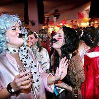 Nederland.Den Bosch.1 februari 2008..Werknemers van kantoren in de buurt van het Centraal Station haasten zich verkleed na werktijd om 17.00u om in de dichtsbijzijnde kroeg het begin van volksfeest Carnaval te vieren.