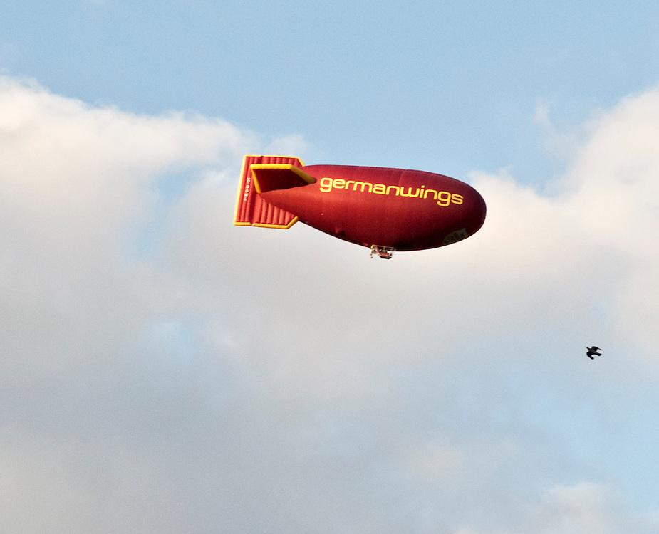 Eine Taube neben einem  Zeppelin bei einem  Werbeflug der Billig-Airline und Lufthansa-Tochter germanwings  über Köln |