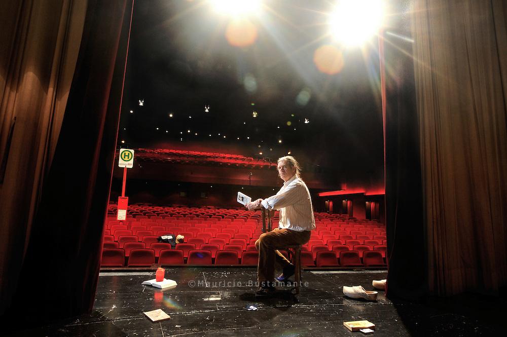 """Für einen Schauspieler ist die Bühne """"ein<br /> heiliger Raum"""", sagt der 62-Jährige, als er die<br /> Bretter des Ernst Deutsch Theaters betritt.<br /> Die Suche danach, was die Welt im Innersten<br /> zusammenhält, führt Jan Sjoerds zur Literatur,<br /> in Hörsäle und fremde Städte.<br /> Er wurde in Valkenburg nahe Maastricht<br /> geboren, wuchs dort mit drei Geschwistern<br /> auf. """"Schon als Kind wechselten meine Gefühle<br /> stark"""", sagt Jan Sjoerds und lacht. """"Die<br /> Erwachsenen sagten gerne: Jantche weint,<br /> Jantche lacht.""""<br /> Mit 16 Jahren sah er im Theater """"Aufzeichnungen<br /> eines Wahnsinnigen"""" von Gogol<br /> und war von der Aufführung über einen<br /> Mann, der immer mehr den Bezug zur Realität<br /> verliert, so fasziniert, dass er wusste: """"Ich will<br /> Schauspieler werden.""""<br /> Mit 20 Jahren verließ er Holland, sprach<br /> in Wien am berühmten Max Reinhardt Seminar<br /> vor und wurde sofort genommen. Danach<br /> trat er an Bühnen wie dem Theater Bremen<br /> auf. Immer dabei: die Bücher, die ihm am Herzen<br /> liegen, wie Kleists Gedichte und das """"Tao te<br /> king"""" von Lao Tse.<br /> Weil er sich für Philosophie interessiert,<br /> studierte er einige Semester lang in Hamburg.<br /> Zwischendurch war er Tai-Chi-Lehrer, lief 15<br /> Marathons und wurde Vater von zwei Kindern<br /> und Großvater von zwei Enkelkindern.<br /> Mit der Lee-Strasberg-Methode entdeckte<br /> er die Schauspielerei noch einmal neu. Beim<br /> sogenannten Method Acting, das aus den eigenen<br /> Erfahrungen und Gefühlen schöpft, setzen<br /> sich die Schauspieler gerne auf einen Stuhl, um<br /> sich auf die Rolle zu fokussieren. Auf Kampnagel<br /> gab er selbst Kurse für Schauspieler. Anfang<br /> 2004 stand er zum letzten Mal auf der Bühne.<br /> Er ging der Liebe wegen nach München,<br /> bekam dort keine Engagements und wollte<br /> einen Taxischein machen. Es klappte nicht.<br /> Anfangs wohnte er in einer Pension. Als die<br /> Beziehung zerbrach, la"""
