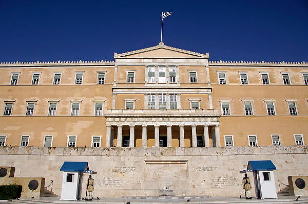 Griekenland, Athene, 5-7-2008Het parlementsgebouw met traditioneel gekleedde wacht.Foto: Flip Franssen