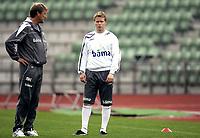 Fotball<br /> Trening før landskamp Norge - Island<br /> 03.09.08<br /> Bislett Stadion<br /> Landslagstrener Åge Hareide med Tom Høgli<br /> Foto - Kasper Wikestad