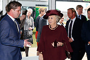 Koningin Beatrix woont ter gelegenheid van het 100-jarig bestaan van de vereniging Plattelands Jongeren Gelderland in Toldijk een forum bij over de ontwikkeling van jongeren op het platteland. ////  Queen Beatrix attends the 100th anniversary of the association Rural Youth Gelderland Toldijk with a forum for the development of young people in rural areas.<br />