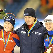 NLD/Heerenveen/20061112 - Essent ISU Wereldbeker Speed Skating, 3000 mtr ladies, prijsuitreiking, Ireen Wust, Renate Groenewold, Martina Sábliková