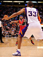 Apr. 1, 2011; Phoenix, AZ, USA; Los Angeles Clippers guard Mo Williams (25) makes a pass against the Phoenix Suns forward Grant Hill (33) at the US Airways Center. The Suns defeated the Clippers 111-98. Mandatory Credit: Jennifer Stewart-US PRESSWIRE