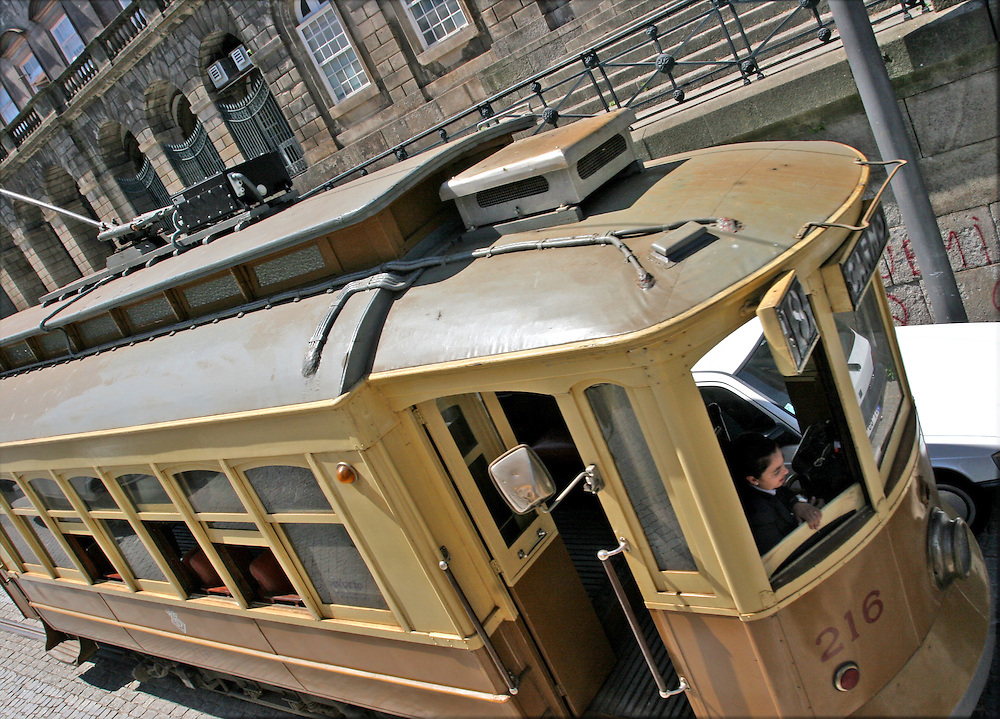 El tranvía de Oporto (Portugal), un atractivo turístico más de la ciudad.