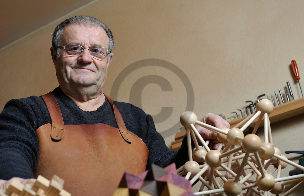 05/02/08 - SAUGUES - HAUTE LOIRE - FRANCE - Maurice VIGOUROUX, collectionneur et fabricant de casse tetes - Photo Jerome CHABANNE