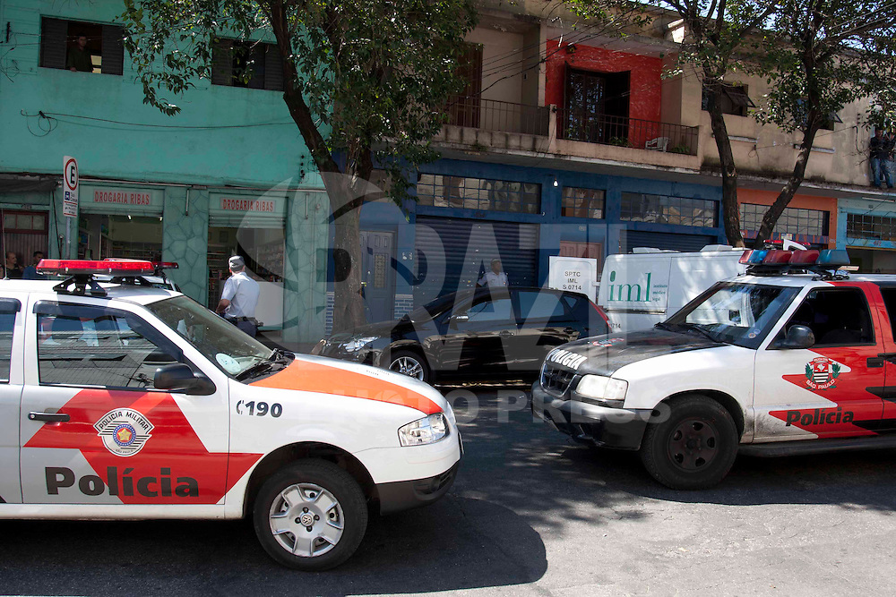 S&atilde;o Paulo, SP , 16 DE AGOSTO DE 2011. ASSASSINATO NA VILA ANASTACIO. Um homem foi assassinado na manh&atilde; desta ter&ccedil;a-feira (16) na rua Cnso Ribas, Vila Anast&aacute;cio, regi&atilde;o da Lapa, Zona Oeste de S&atilde;o Paulo. A Ocorrencia ser&aacute; registrada no 91DP. Segundo a policia a v&iacute;tima estava dentro do carro quando foi baleada. <br /> Na foto Policiais e populares observam corpo<br /> Foto Vagner Campos News Free