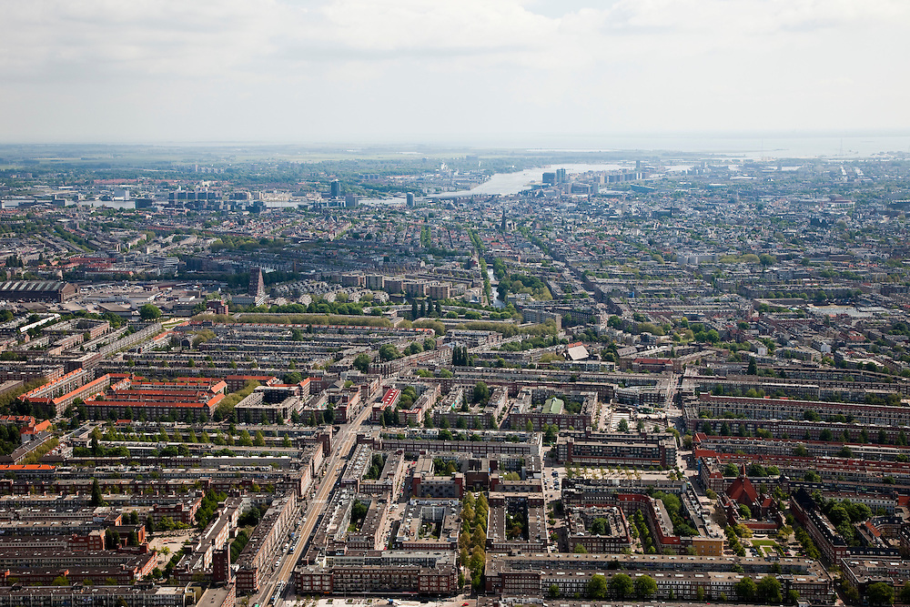 Nederland, Amsterdam, Amsterdam-West, 25-05-2010. Jan Evertsenstraat, De Baarsjes rechts Hoofdorppleinbuurt (Bos en Lommer, Oud-West). Binnenstad met IJ in het verschiet..Western part of the city..luchtfoto (toeslag), aerial photo (additional fee required).foto/photo Siebe Swart