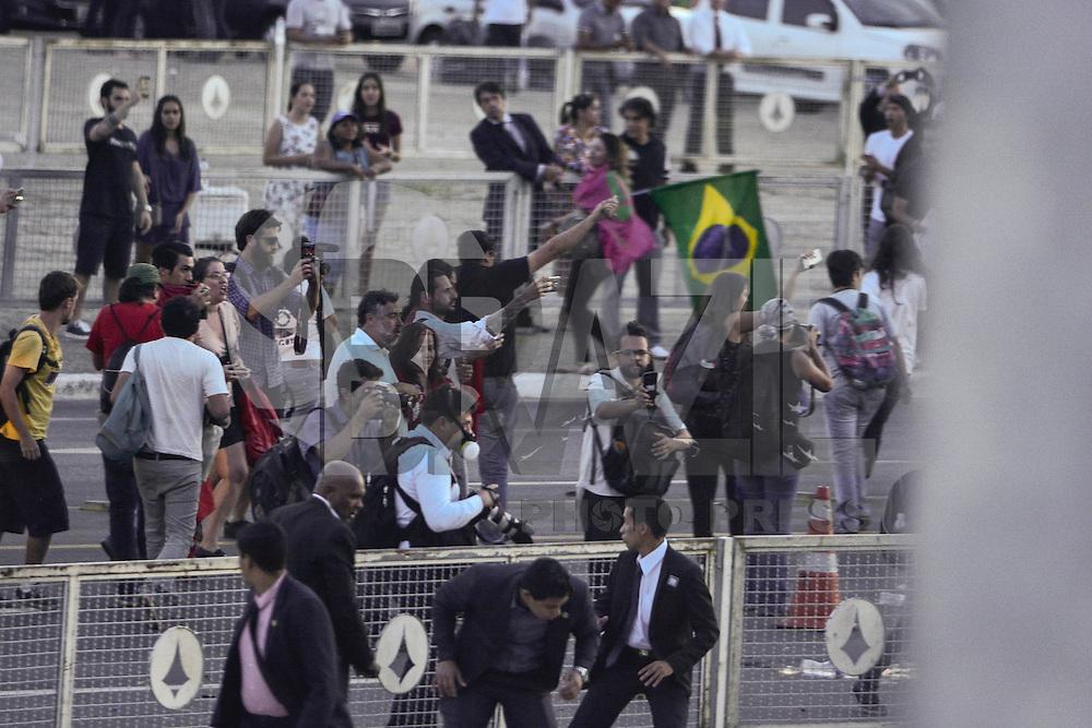 BRASÍLIA, DF, 12.05.2016 – PROTESTO-DF – Manifestantes em frente ao Palácio do Planalto após saída da presidente afastada Dilma Rousseff e durante a posse dos novos Ministros do governo Michel Temer, nesta quinta-feira, 12. (Foto: Ricardo Botelho/Brazil Photo Press)