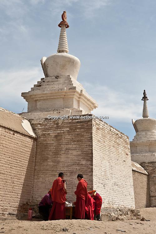 Mongolia. Erdeni Zuu in Hahorin. buddhist temple, and little monks   /  temple bouddhiste de Erdene Zuu et moines enfants  Karakorum - Mongolie