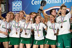 11-04-2015 NED: PKC SWKgroep - TOP Quoratio, Rotterdam<br /> Korfbal Leaguefinale in een volgepakt Ahoy wordt gewonnen door PKC met 22-21 /  PKC viert feest met Mady Tims (beker) in het middelpunt