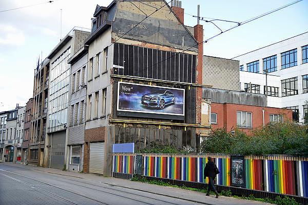 Belgie, Antwerpen, 8-10-2012Stadsgezicht, straatbeeld van deze stad in Vlaanderen. reclame voor mercedes tegen de muur van een gesloopt huis.Foto: Flip Franssen/Hollandse Hoogte