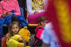 02-04-2016 NED: Draisma Dynamo - Abiant Lycurgus, Apeldoorn<br /> Lycurgus plaatst zich voor de finale door Dynamo met 3-1 te verslaan / publiek, support, jeugd, beer