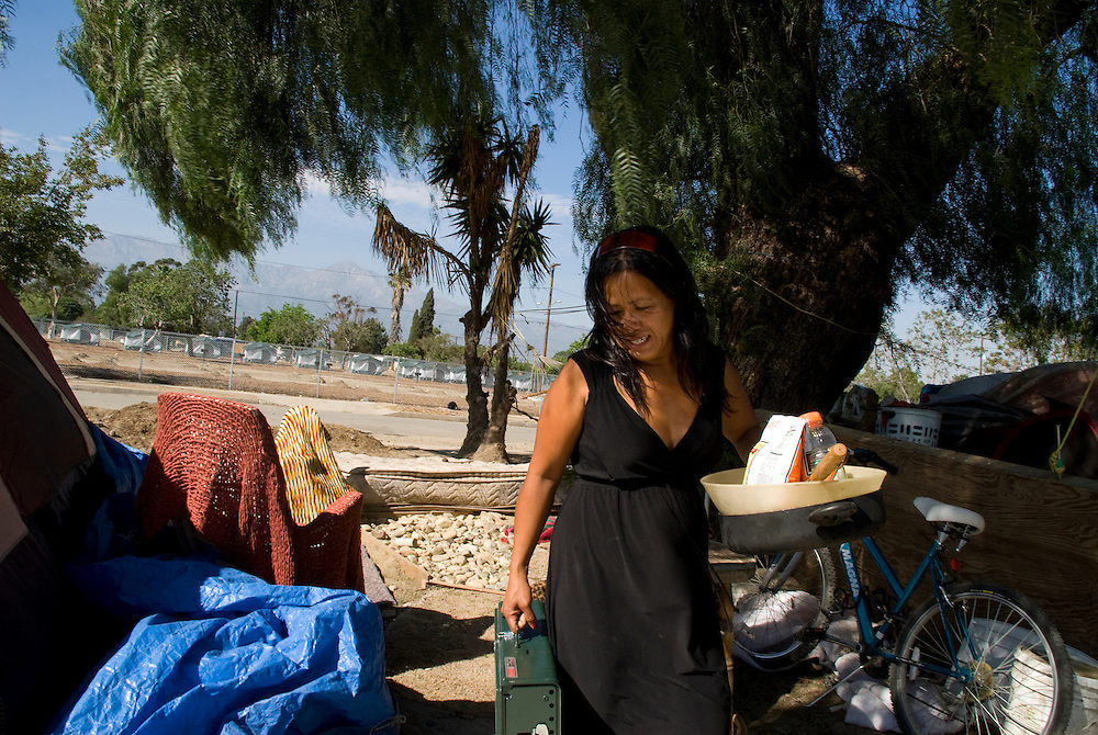 Camp Hope, eine Zeltstadt fuer Obdachlose in Ontario, Kalifornien.Die Maklerin fuer Mobilwohnheime, Imelda Caluag, vor ihrem Zelt..Fotos © Stefan Falke..Camp Hope, a  tent city for the homeless in Ontario, California.Imelda Caluag used to sell mobile homes before she came to the camp