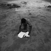 A citizen of Guinea Bissau with documents received from the United Nations when he was repatriated.<br /> <br /> Un ciudadano de Guinea Bissau con documentos recibidos de las Naciones Unidas cuando fue repatriado.