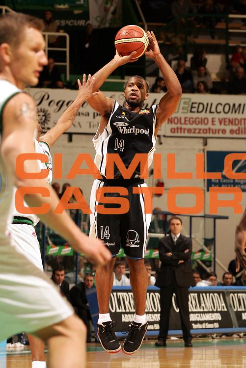 DESCRIZIONE : Siena Lega A1 2005-06 Montepaschi Siena Whirlpool Varese <br /> GIOCATORE : Collins <br /> SQUADRA : Whirlpool Varese <br /> EVENTO : Campionato Lega A1 2005-2006 <br /> GARA : Montepaschi Siena Whirlpool Varese <br /> DATA : 12/03/2006 <br /> CATEGORIA : Tiro <br /> SPORT : Pallacanestro <br /> AUTORE : Agenzia Ciamillo-Castoria/P.Lazzeroni <br /> Galleria : Lega Basket A1 2005-2006 <br /> Fotonotizia : Siena Campionato Italiano Lega A1 2005-2006 Montepaschi Siena Whirlpool Varese <br /> Predefinita :
