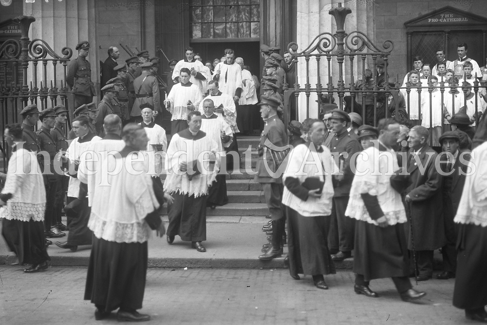 Clergy gathered outside Dublin's Pro-Cathedral, Marlborough St, for the funeral of Michael Collins. (Part of the Independent Newspapers Ireland/NLI Collection)