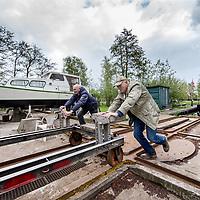 Nederland, Den Ilp, 26 april 2017.<br /> 50-jarig bestaan van wsv de noord, de kleinste jachthaven van Amsterdam, verstopt in Den Ilp.<br /> Op de foto: Harry Gerber en maar Bert klussen aan hun boot op het kleine eiland.<br /> <br /> <br /> <br /> <br /> Foto: Jean-Pierre Jans