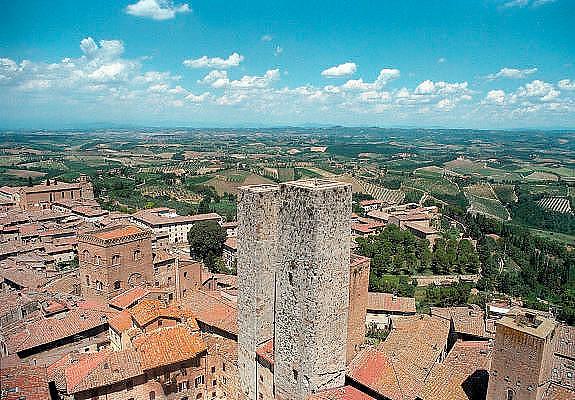 Italië, Toscane,San Gimignano, 8-8-2000..Middeleeuws stadje met woontorens, de eerste hoogbouw in Europa. Uitzicht op Toscaans landschap vanuit een van de woontorens van het middeleeuwse stadje. Toerisme, vakantie, architectuur, architektuur..Foto: Flip Franssen