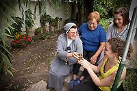 MOMENTO DE DESCANSO TOMANDO MATE EN UN JARDIN DE LAS MAESTRAS DE APOYO ESCOLAR Pauline Jolly y Audrey Mandin, UNA HERMANA Y UNA AMIGA EN DIQUE LUJAN, PROVINCIA DE BUENOS AIRES, ARGENTINA (PHOTO © MARCO GUOLI - ALL RIGHTS RESERVED)