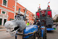 Carro allegorico ispirato al mondo delle fiabe. Anche il trattore ne fa parte ed è travestito da asino. Gallipoli 2011...Float inspired by the world of fairy tales. The tractor is part of it and it is disguised as a donkey. Gallipoli 2011.