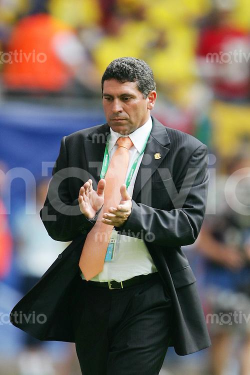 Fussball WM 2006        Ekuador - Costa Rica Luis SUAREZ (ECU), Trainer der ekuadorianischen Nationalmannschaft, zufrieden nach dem Sieg seiner Mannschaft ueber Cost Rica.