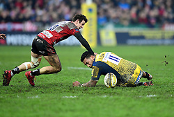 Cooper Vuna of Worcester Warriors tussles for the loose ball with Billy Burns of Gloucester Rugby  - Mandatory by-line: Joe Meredith/JMP - 07/01/2017 - RUGBY - Kingsholm - Gloucester, England - Gloucester Rugby v Worcester Warriors - Aviva Premiership