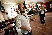 20151002/ Nicolas Celaya - adhocFOTOS/ URUGUAY/ MONTEVIDEO/ JOVENTANGO/ El bailarin Nazareno Listur ense&ntilde;a tango durante una clase en Joventango en el Mercado de la Abundancia. <br /> En la foto: El bailarin Nazareno Listur ense&ntilde;a tango durante una clase en Joventango en el Mercado de la Abundancia. Foto: Nicol&aacute;s Celaya /adhocFOTOS