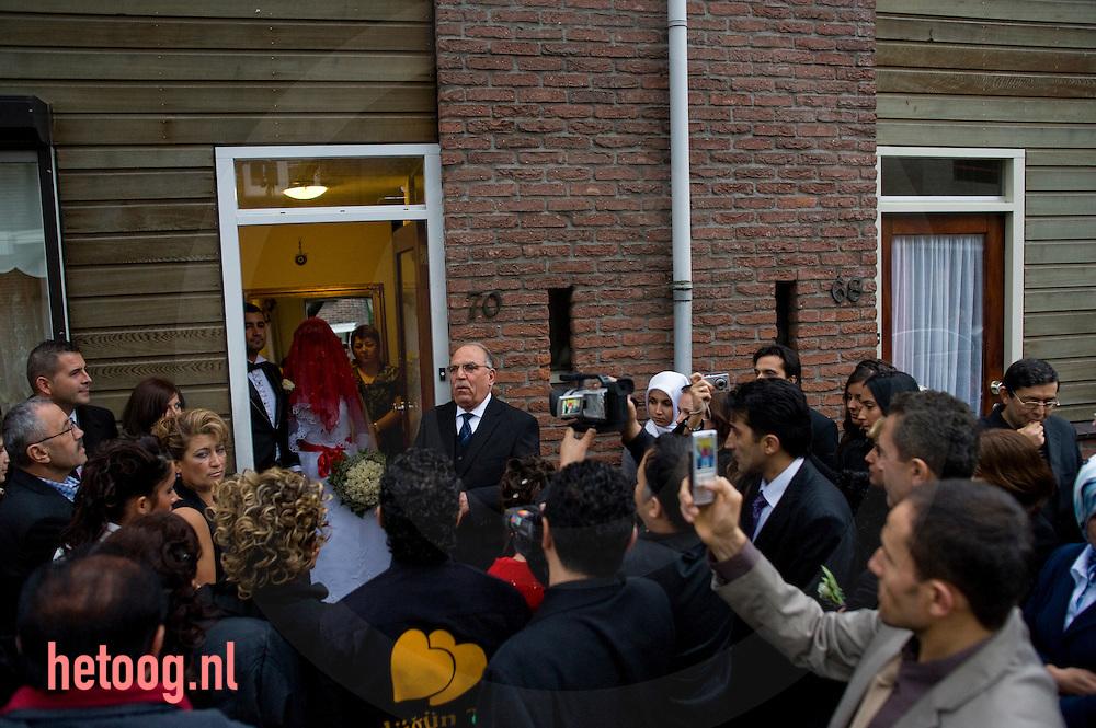 Het begin van een turkse bruiloft, op straat in enschede, de bruidegom haalt de bruid op van huis. enschede, 25-10-2008 foto: hetoog.nl
