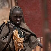 Kenya, Dadaab, le 15-08-11 - camp Ifo 3. Il accueille plus de 400 000 personnes, Dabaab est le plus grand camp de réfugiés au monde.  Ce sont pour la plupart des Somaliens (95%) ayant fuit la guerre et la famine, deux fléaux qui sévissent dans leur pays. Arrivée de nouveaux arrivants au reception center du UNHCR.