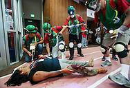 当地时间10月15日,搜救队为一名模拟脚部受伤的&ldquo;伤者&rdquo;救治。当天,在美国加利福尼亚州洛杉矶举行了第八届年度全球最大规模地震演习&ldquo;大摇晃&rdquo; (Great ShakeOut). 主办机构表示,加州有1,004万人签署参与,在全球其他地震区也有超过2000万人参与。(新华社发 赵汉荣摄)<br /> Members of Search And Rescue team give treatment to a mock victim during California's annual full-scale earthquake drill to prepare for a potential magnitude-6.7 earthquake in Los Angeles, California, Thursday, October. 15, 2015. About 10.4 million Californians and 21.5 million people worldwide who took part in safety drills and aftermath and recovery exercises in observance of the eighth annual Great ShakeOut.  (Xinhua/Zhao Hanrong)(Photo by Ringo Chiu/PHOTOFORMULA.com)