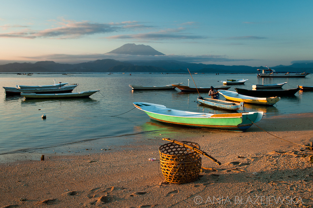 Indonesia, Nusa Lembongan, Boats at the seaside on Nusa Lembongan and a view of Gunung Agung.